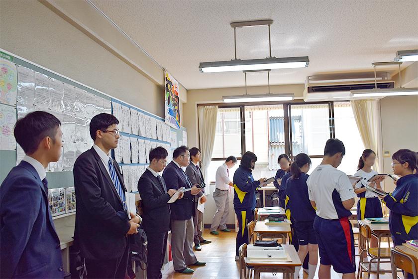 授業の様子 教室の後ろで見学する教師たち