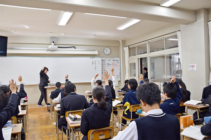 授業の様子 先生と生徒の活発な発問が続きます